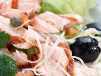 Салат из лосося с оливками.