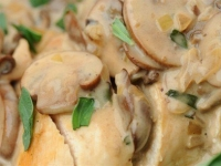 Запеченое филе индейки в сливочно-грибном соусе.