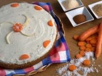 Морковный пирог с сахарной глазурью.