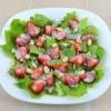 Салат с клубникой и сметанном соусе