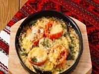 Баклажаны с помидорами, запеченные под сыром