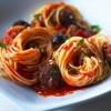 Спагетти в томатном соусе с мясными шариками.