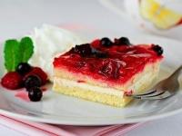 Бисквитное пирожное со сливочным сыром и фруктами